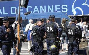 Des policiers surveillent les abords du palais des festivals à Cannes le 21mai 2010.