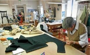 Environ 30 personnes s'occupent des costumes à l'Opéra de Bordeaux (en haut). L'atelier menuiserie prépare un des éléments de décor, sans plans (au milieu). Le sculpteur s'appuie sur une maquette pour concevoir les statues.
