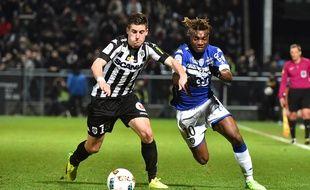 Ici à la lutte samedi avec le milieu angevin Baptiste Santamaria, Allan Saint-Maximin a signé 3 buts et 2 passes décisives cette saison. JEAN-FRANCOIS MONIER