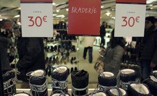 Articles en soldes dans la vitrine d'un grand magasin le 7 janvier 2015 à Paris