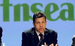 """L'accent mis sur le thème du """"produire français"""" par plusieurs candidats à l'élection présidentielle """"résonne un peu bizarrement"""", a estimé dimanche le président de la Fédération nationale des syndicats d'exploitations agricoles (FNSEA), Xavier Beulin."""