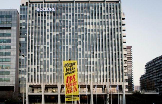Greenpeace déploie une banderole devant le siège de Bolloré à Paris, le 25 février 2016 pour protester contre la déforestation