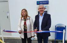 Philippe Fortin, maire de Longueville en Seine-et-Marne, inaugure un DAB Point Cash dans sa commune.