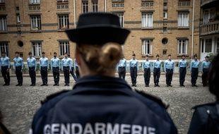 Des gendarmes alignés. (illustration)