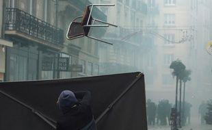 Des casseurs jettent des chaises sur les forces de l'ordre dans le quartier Bouffay, samedi 7 décembre 2019 à Nantes.