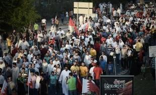 Un tribunal de Bahreïn a condamné dimanche à des peines allant jusqu'à 15 ans de prison 50 militants chiites accusés de diriger la contestation contre la monarchie sunnite dans le royaume, en collusion avec un pays étranger qui serait l'Iran.
