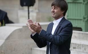 Nicolas Hulot, nouveau ministre de la Transition écologique et solidaire du gouvernement d'Edouard Philippe, applaudit Ségolène Royal, sa prédécesseure, lors de la passation de pouvoirs le 17 mai 2017.