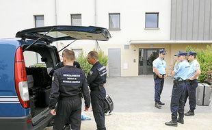 Des gendarmes devant le domicile d'Anne Caudal à Bruz, le 27 juillet 2011.