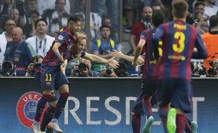 Neymar fêté par ses coéquipiers le 6 juin 2015
