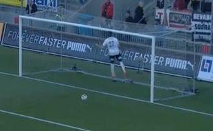 Un défenseur islandais du championnat suédois saute pou r se taper la tête contre la barre, le 20 janvier 2015.
