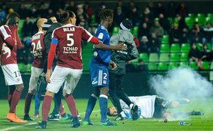 Le gardien de l'Olympique Lyonnais Anthony Lopes sonné par des pétards - JEAN-CHRISTOPHE VERHAEGEN / AFP