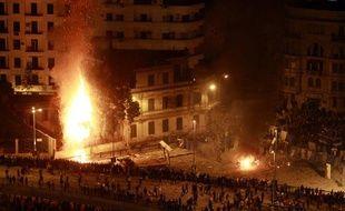 Pro et anti-Moubarak s'affrontent place Tahrir, au Caire, dans la nuit du 2 au 3 février 2011.