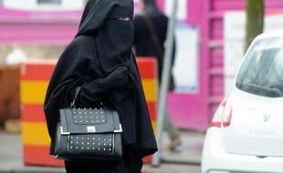 Une femme vêtue d'un voile islamique intégral, le niqab, dans une rue de Roubaix dans le nord de la France, le 9 janvier 2014