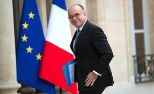 """Le ministre du Budget Bernard Cazeneuve a fait référence mercredi à l'actrice Julie Gayet en tant que """"compagne"""" de François Hollande, avant de se reprendre rapidement, lors d'une interview sur iTélé."""