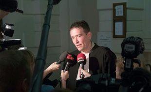 Sébastien Courtoy, avocat de Marouane El Bali, parle à la presse avant l'ouverture du procès de la cellule jihadiste de Verviers, au tribunal correctionel de Bruxelles le 9 mai 2016