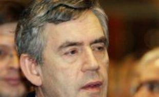 Le Premier ministre britannique Gordon Brown s'est efforcé vendredi à Bruxelles de faire taire la polémique sucitée par son absence la veille à la cérémonie de signature du nouveau traité européen, mais ses déclarations sur l'Europe ont manqué d'enthousiasme.