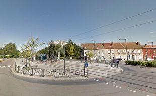 Un tramway rue Jules Mousseron à Aulnoy-Les-Valenciennes.