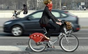 Une femme sur un Velo'V à Lyon le 14 mars 2014