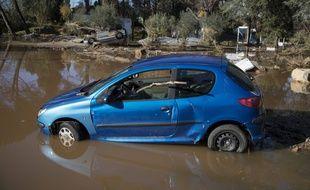 Une voiture coincée dans les inondations en France, illustration
