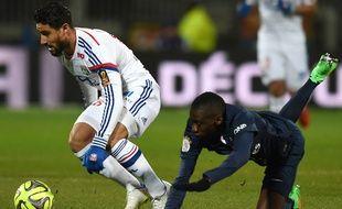 Le joueur de l'OL Nabil Fekir contre le Parisien Blaise Matuidi, le 8 février 2015 à Gerland.