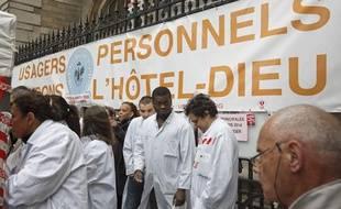 Manifestation du personnel hospitalier des urgences de l'Hôtel-Dieu à Paris, le 4 novembre 2013.