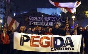 Des manifestants défilent à L'Hospitalet de Llobregat, en Catalogne, à l'appel du mouvement anti-islam Pediga, le 11 mars 2015