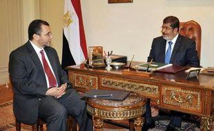 Le nouveau président islamiste égyptien Mohamed Morsi a désigné mardi au poste de Premier ministre le ministre sortant de l'Irrigation, Hicham Qandil, un indépendant qui a assuré que son gouvernement serait composé de personnalités choisies pour leurs compétences.