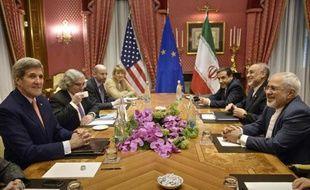 Le secrétaire d'Etat américain John Kerry (g) et le ministre iranien des Affaires étrangères, Mohammad Javad Zarif (d) le 28 mars 2015, à Lausanne