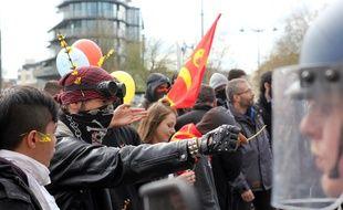 Un manifestant tend une fleur à un gendarme mobile lors de la manifestation contre la loi Travail du 5 avril 2016 à Rennes.