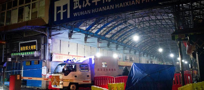 L'épicentre de l'épidémie se situe sur un marché de Wuhan spécialisé dans la vente en gros de fruits de mer et de poissons, aujourd'hui fermé par les autorités chinoises pour décontamination.