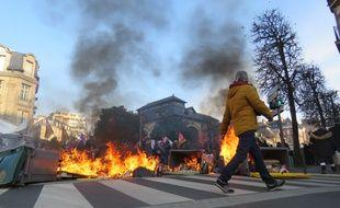Des feux de poubelle ont été allumés à Rennes à l'occasion de la grève du 5 décembre 2019.