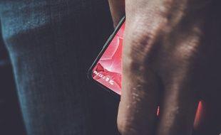Andy Rubin, co-créateur d'Android, a  dévoilé ce 27 mars 2017 sur Twitter un aperçu du premier smartphone Android avec des bordures très réduites.
