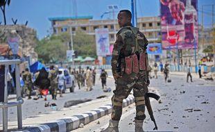 Un policier somalien à Mogadiscio sur les lieux de l'explosion d'une bombe, le 30 août 2016. (Illustration)