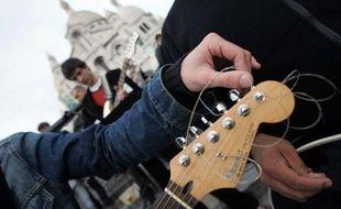 Avis aux guitaristes: ne jetez plus vos cordes cassées ou usagées! A l'initiative d'une jeune association, des studios et des magasins de musique les collectent désormais partout en France pour récupérer les métaux qui les composent, tel le nickel.