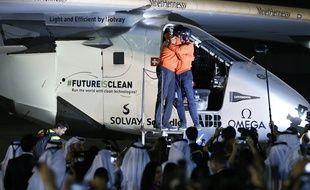 Bertrand Piccard et Andre Borschberg se congratulent à l'arrivée de Solar Impulse à Abou Dhabi, aux Emirats arabes unis, le 26 juillet 2016.