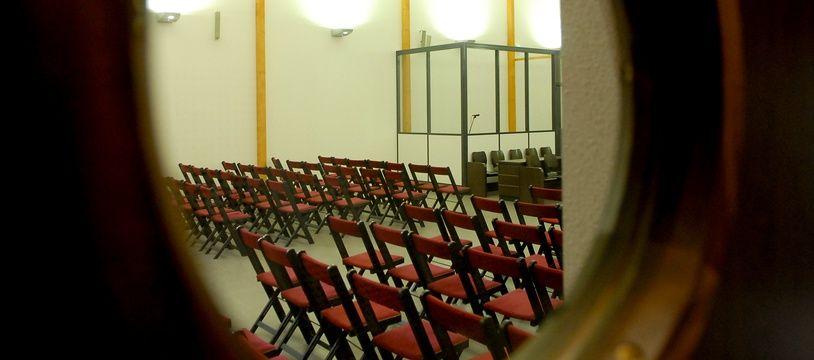 Illustration d'une salle d'audience.