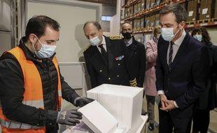Le ministre de la Santé, Olivier Véran, visite un site de distribution du vaccin Pfizer-BioNTech  à Chanteloup-en-Brie