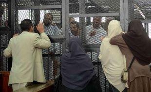 Des familles visitent des membres des Frères musulmans avant le début de leur procès au tribunal de Turah, près du Caire, le 3 février 2014 en Egypte