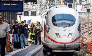 La police et les secours en intervention à côté d'un train à grande vitesse ICE à la gare principale de Francfort le 29 juillet 2019, après qu'un homme ait poussé un enfant devant le train en marche.