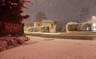 La neige tombe à Tassin la demi Lune, à l'ouest de Lyon, le 14 novembre 2019.