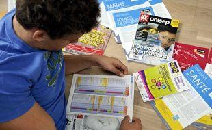 Lyceen en classe de terminale cherchant des informations sur les filières post-bac.