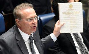 Le président du Sénat, Renan Calheiros, s'exprime à propos de la décision prise par les députés de procéder à la destitution de la présidente Dilma Roussef, à Brasilia, le 19 avril 2016