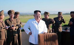 Kim Jong-Un, le dirigeant nord-coréen, lors du test d'un nouveau type de système d'armes guidées antiaériennes, le 28 mai 2017.