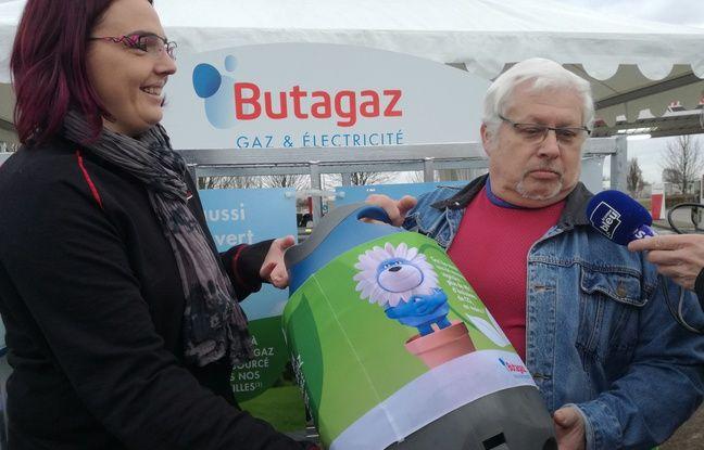 Fernard, le tout premier client de Butagaz à repartir avec sa bouteille de gaz biosourcé pour sa gazinière, à Benfeld, en Alsace.