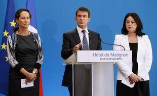 La ministre de l'Ecologie Ségolène Royal (g), le Premier ministre Manuel Valls (c) et la ministre du Logement Sylvia Pinel (d) à l'Hôtel Matignon, le 29 août 2014 à Paris