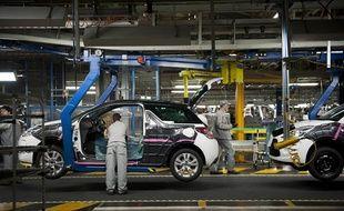Chaine d'assemblage d'automobiles dans une usine Peugeot à Poissy (Yvelines).