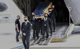 Arrivée du cercueil à Orly le 14 août 2020 d'un des six humanitaires tués au Niger.