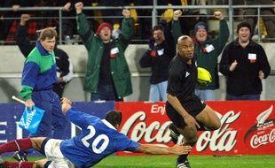 Le All Black Jonah Lomu contre la France de Sébastien Chabal, en 2001.