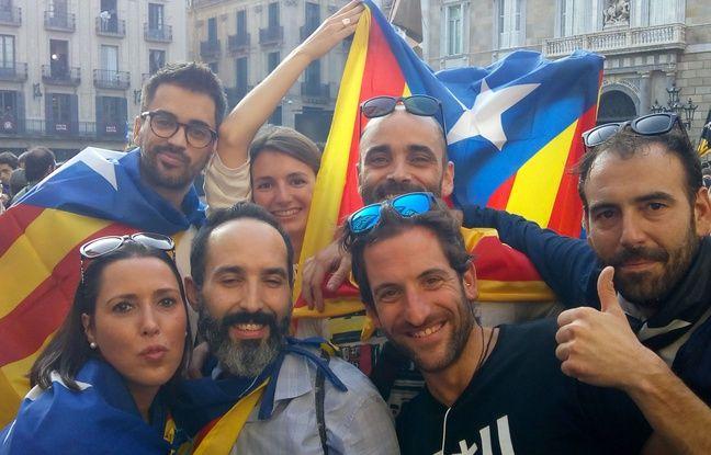 Miriam, Josep, Jordi, Pau, Albert.. La petite bande fête l'indépendance place Saint Jaume à Barcelone, le 27 octobre 2017.