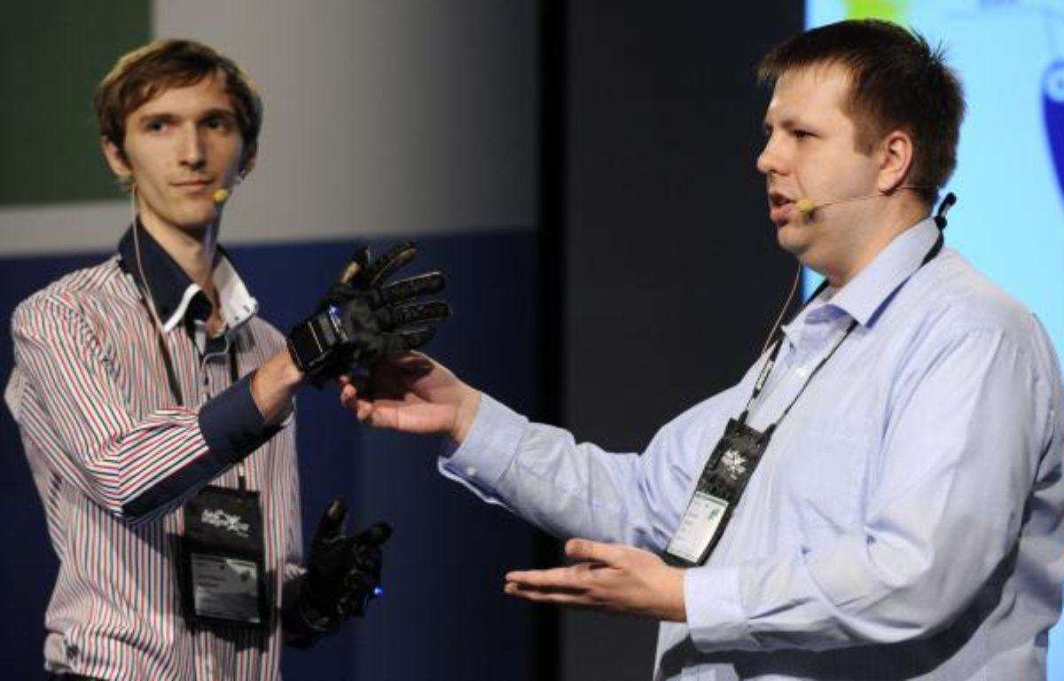 Des étudiants ukrainiens présentent leur projet Enable Talk, des gants capables de retranscrire le langage des signes en parole grâce à un smartphone, lors de la finale de l'Imagine Cup 2012 àSydney en Australie. – MICROSOFT